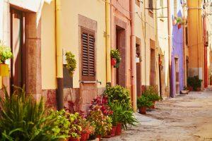 Sardegna-vacanze-strada-tipica-nel-villaggio-di-Bosa-Marina-provincia-Oristano-Costa-Ovest